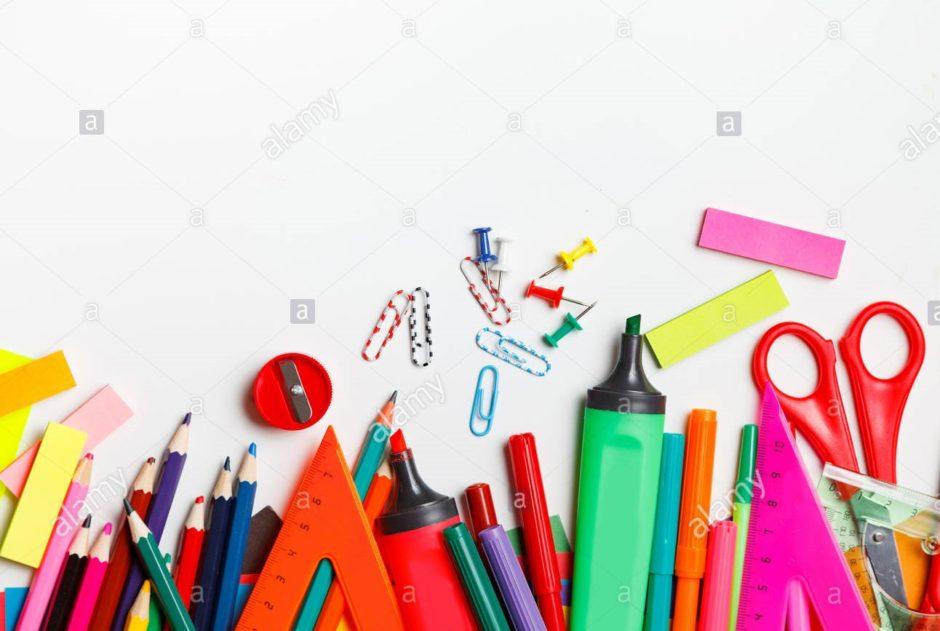 un-assortimento-di-forniture-scolastiche-comprese-penne-matite-forbici-colla-e-un-righello-su-sfondo-bianco-rn0gkr