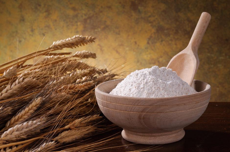 Farina integrale e spigne di grano